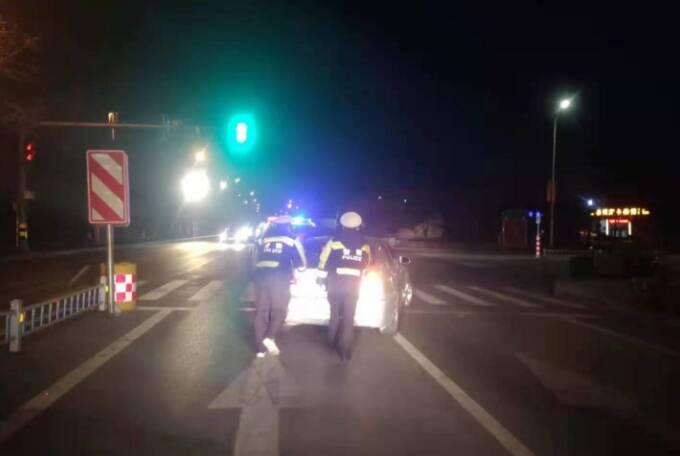 暖心警事!私家车出故障停在红绿灯路口不能动 滨州惠民交巡警及时救助