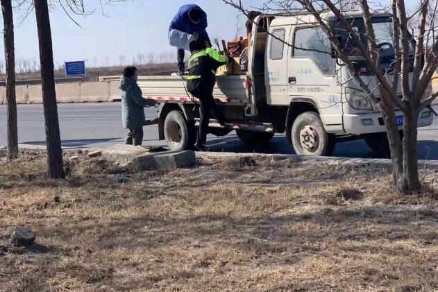 车厢内家具坐垫燃起火苗 滨州北海交警及时拦截除隐患