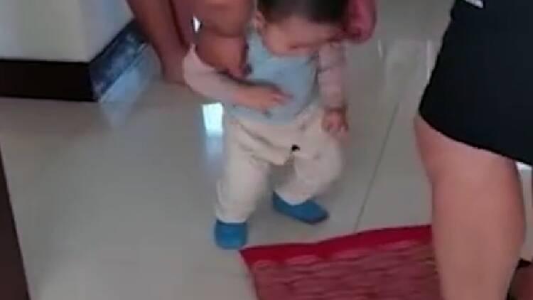 34秒丨穿开裆裤小外甥给大舅磕头!不见红包一直磕 扶都不起来