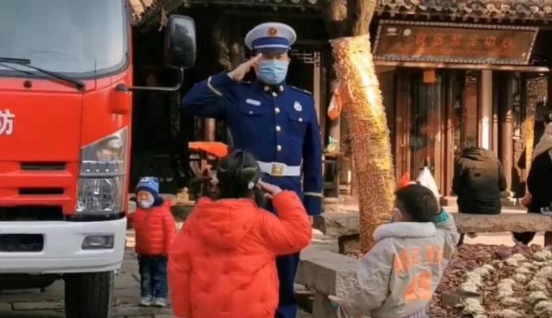 春节假期有爱一幕!两个小朋友向执勤消防员敬礼