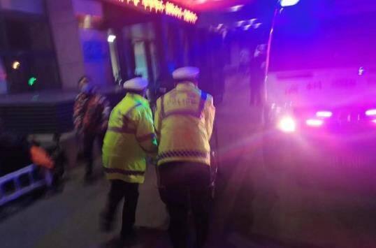 为生命开道!滨州惠民一男子意外摔伤头部 交警紧急护送就医