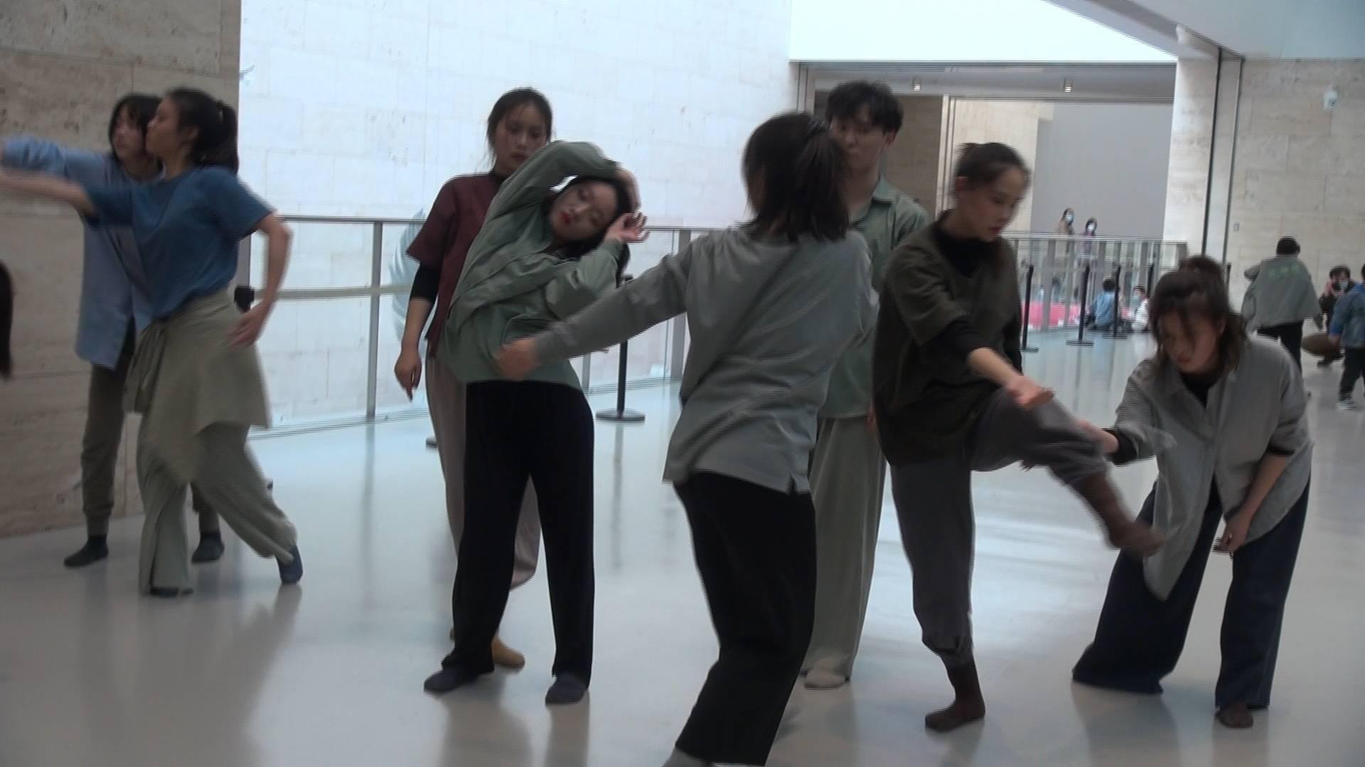 动与静交融互构,现代舞助力首届济南国际双年展,现场观众直呼过瘾
