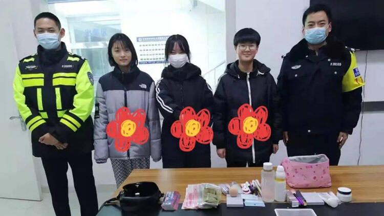 27秒丨@这三位拾金不昧的女同学 滨州惠民公安送你一朵小红花!