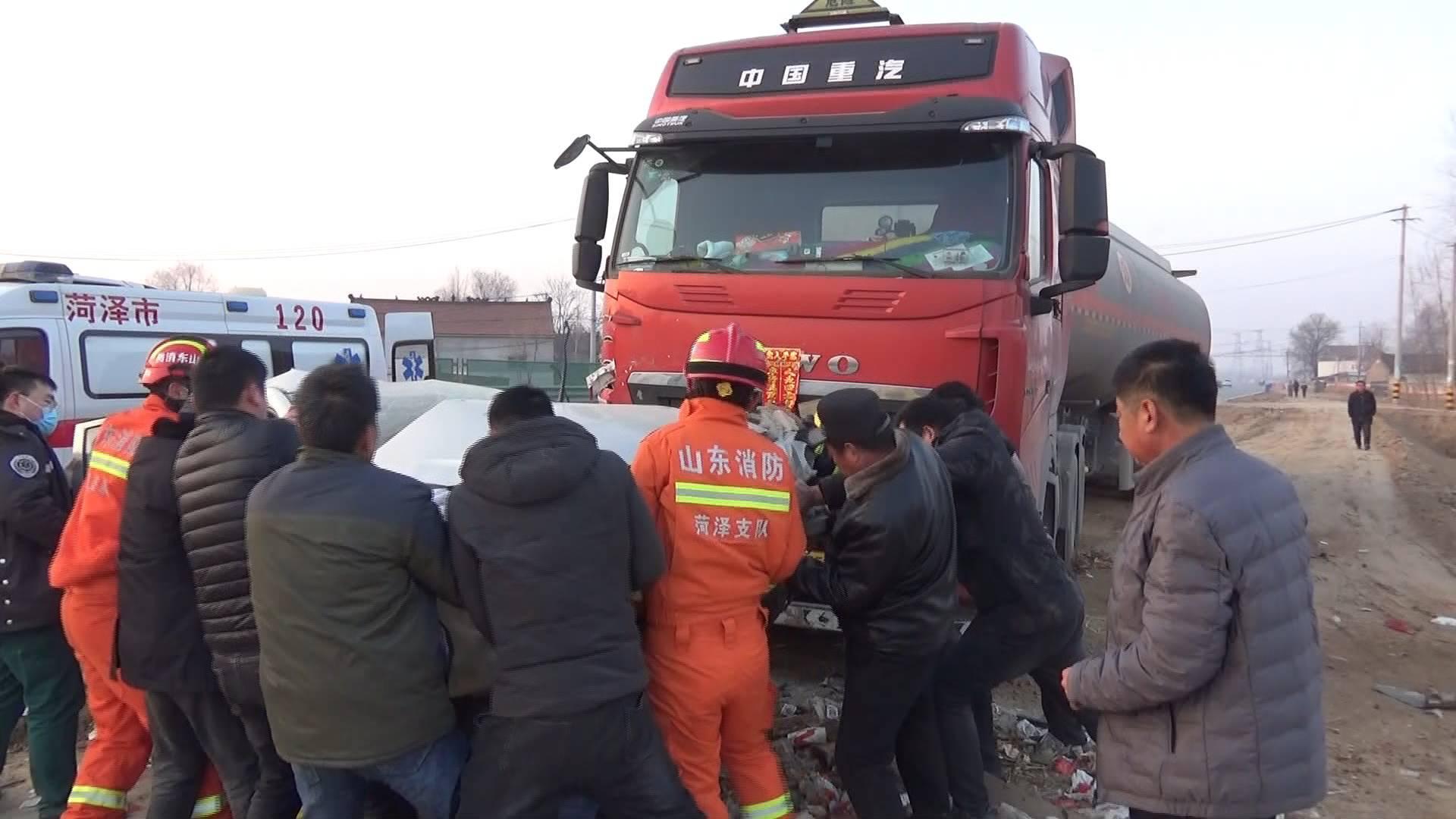 112秒丨轿车撞上半挂车悬挂在垃圾桶上 2人被困变形驾驶室内