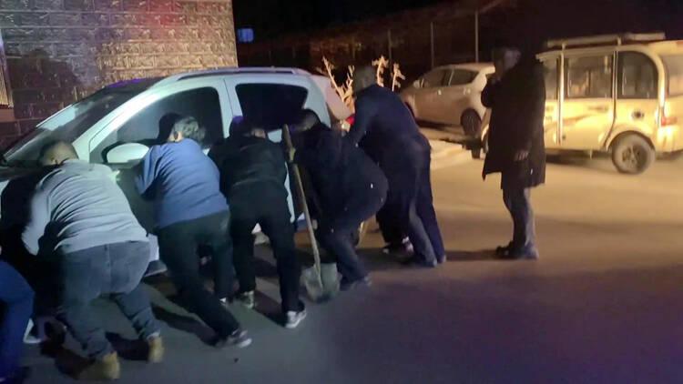 58秒|聊城一小区突发火情消防通道被占,10余居民合力抬车清路