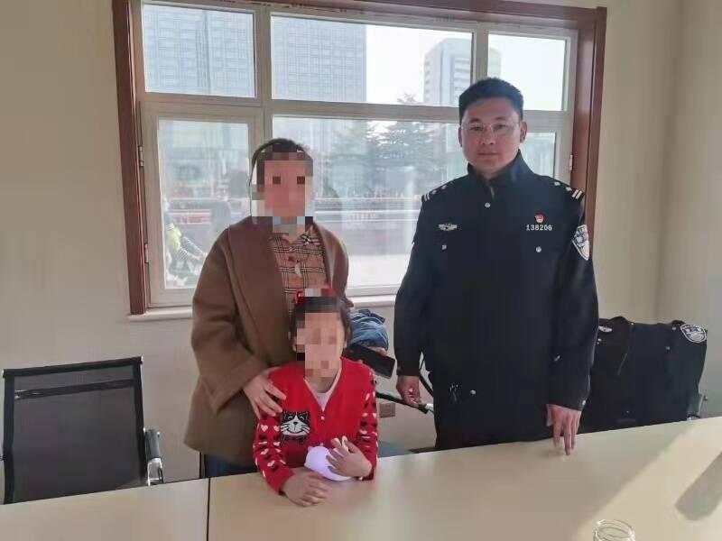 女孩在济南泉城广场与家人走散 民警一小时找回
