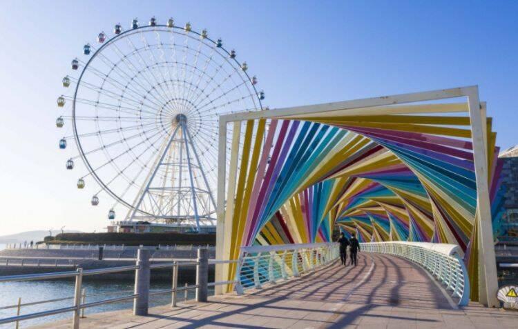 青岛这座彩虹桥绚丽又魔幻