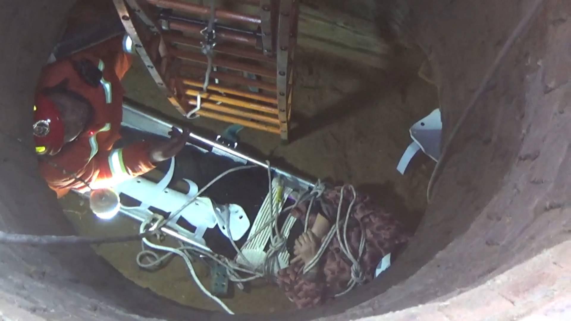 88秒 | 济宁一女子掉入八米深地窖被困 消防紧急救援