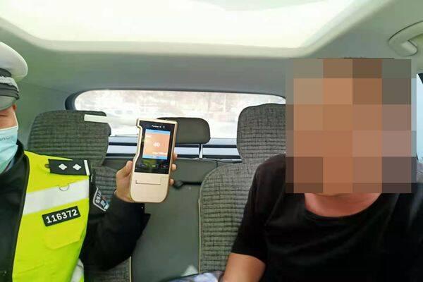 淄博高青:酒驾司机遇交警 慌不择路刮擦过路车