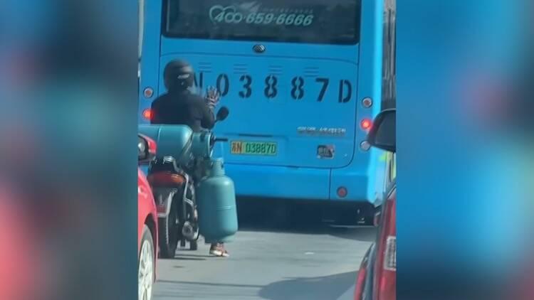 23秒|男子等红绿灯时坐摩托车上舞动自嗨 网友:生活很苦也要努力乐观