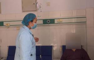 58秒丨老人吃汤圆喉咙被卡住 医生用海姆立克法救其一命