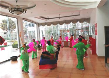 潍坊:福寿街社区喜迎元宵猜灯谜 载歌载舞过佳节