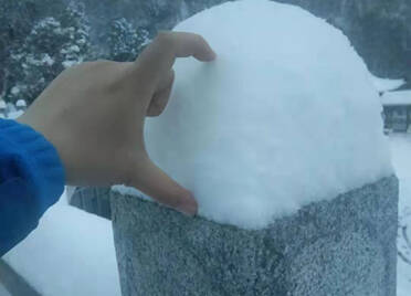 105秒丨泰山迎牛年第一场雪,看看这厚度!
