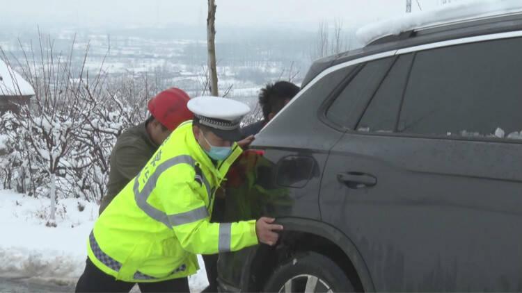 40秒|以雪为令 潍坊临朐交警全警上岗 保道路畅通