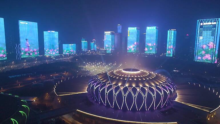 把济南故事映在楼宇巨幕,元宵节的泉城很像画