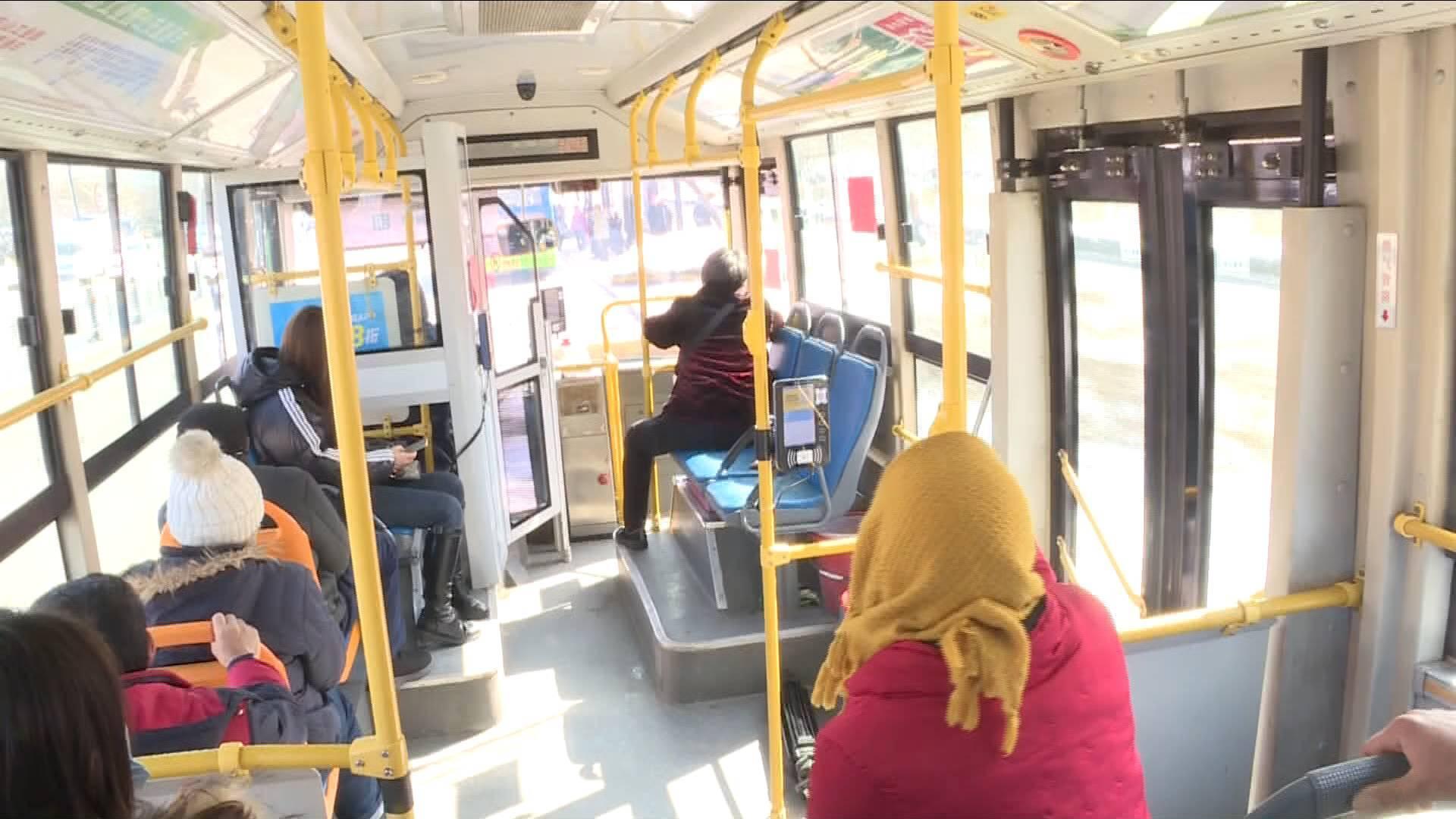 暖心!公交车上一男子突然晕倒 司机乘客合力救援