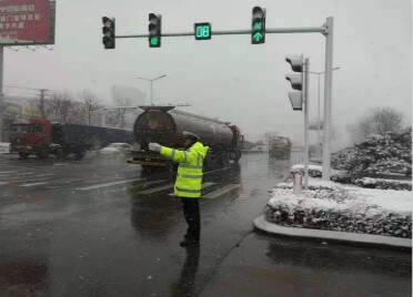 """24小时""""在路上""""责任制 潍坊临朐交警全力保障雨雪天道路安全"""