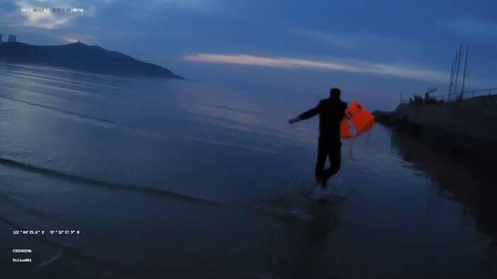 29秒丨漲潮海水浴場一男子遇險 威海民警緊急下海救助
