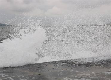 5月6日夜間,威海沿海出現2.0米到3.0米的中浪到大浪