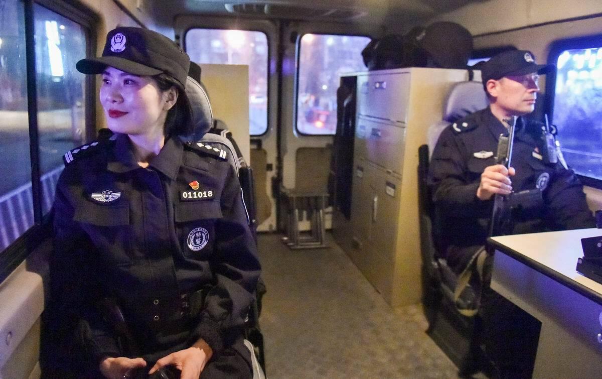 影像力丨战斗在武装巡逻车上的女特警:携三十斤单警装备日夜守护一方平安
