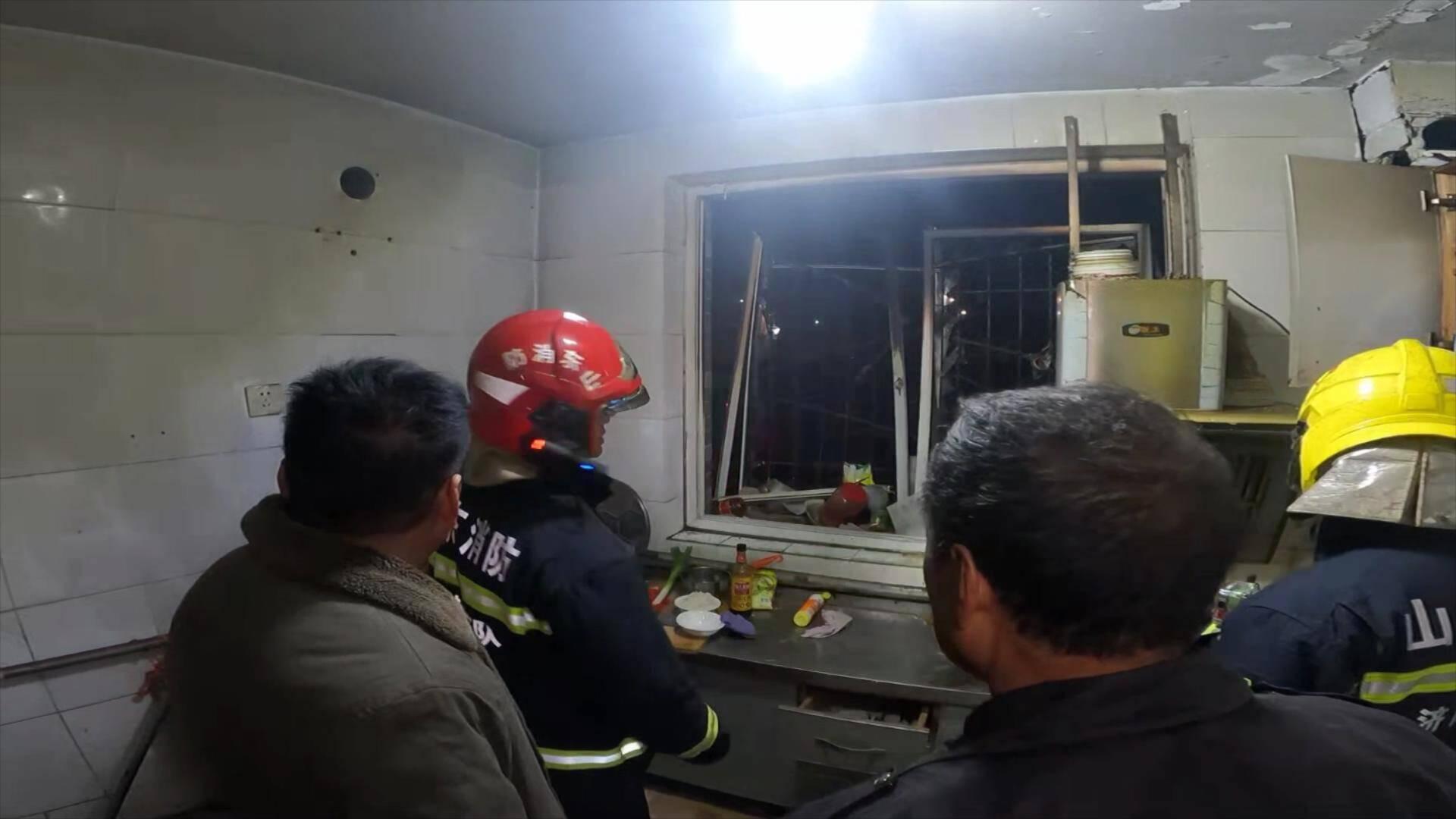 55秒 济南一小区厨房燃气爆炸 消防紧急救援