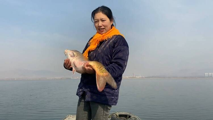 """泰安东平湖直播""""一姐"""":每天湖边直播8小时,还把直播经验传授全县留守妇女"""