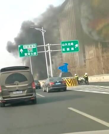25秒丨济南二环东高架一白色轿车自燃 目前已被扑灭