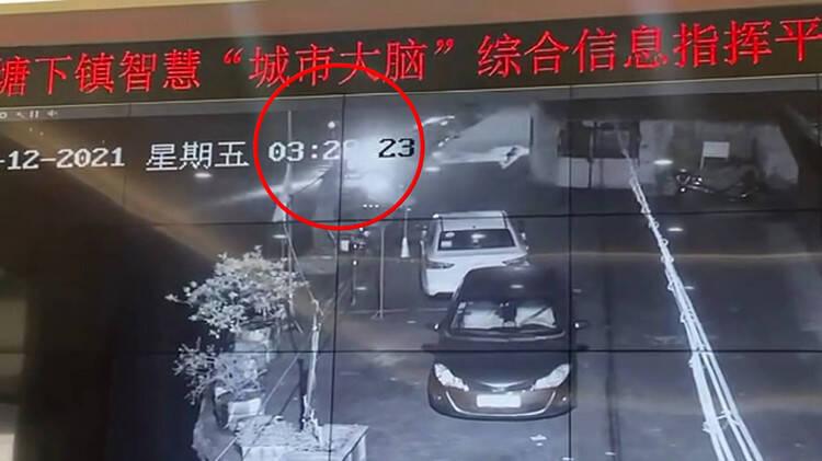 45秒|男子深夜驾车坠河身亡 监控拍下车辆沉没过程