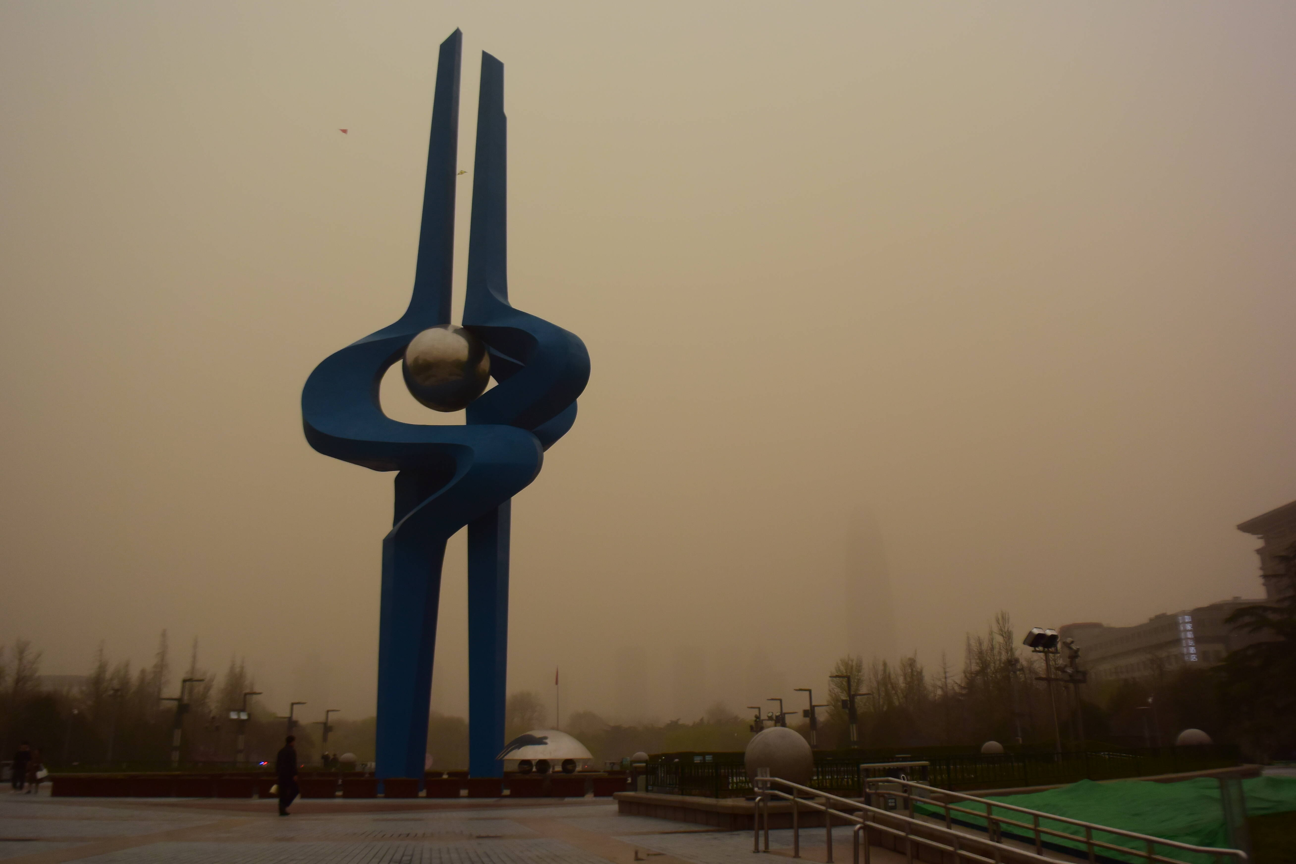 組圖(tu)∣直擊沙塵來魯chang)【ji)南出現沙塵天氣,預計(ji)持(chi)續到夜間