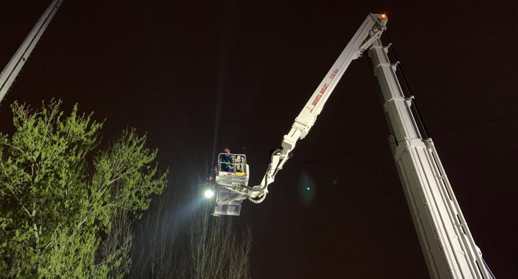 90秒 工人体力不支被困高空 济南101米登高平台消防车及时救助