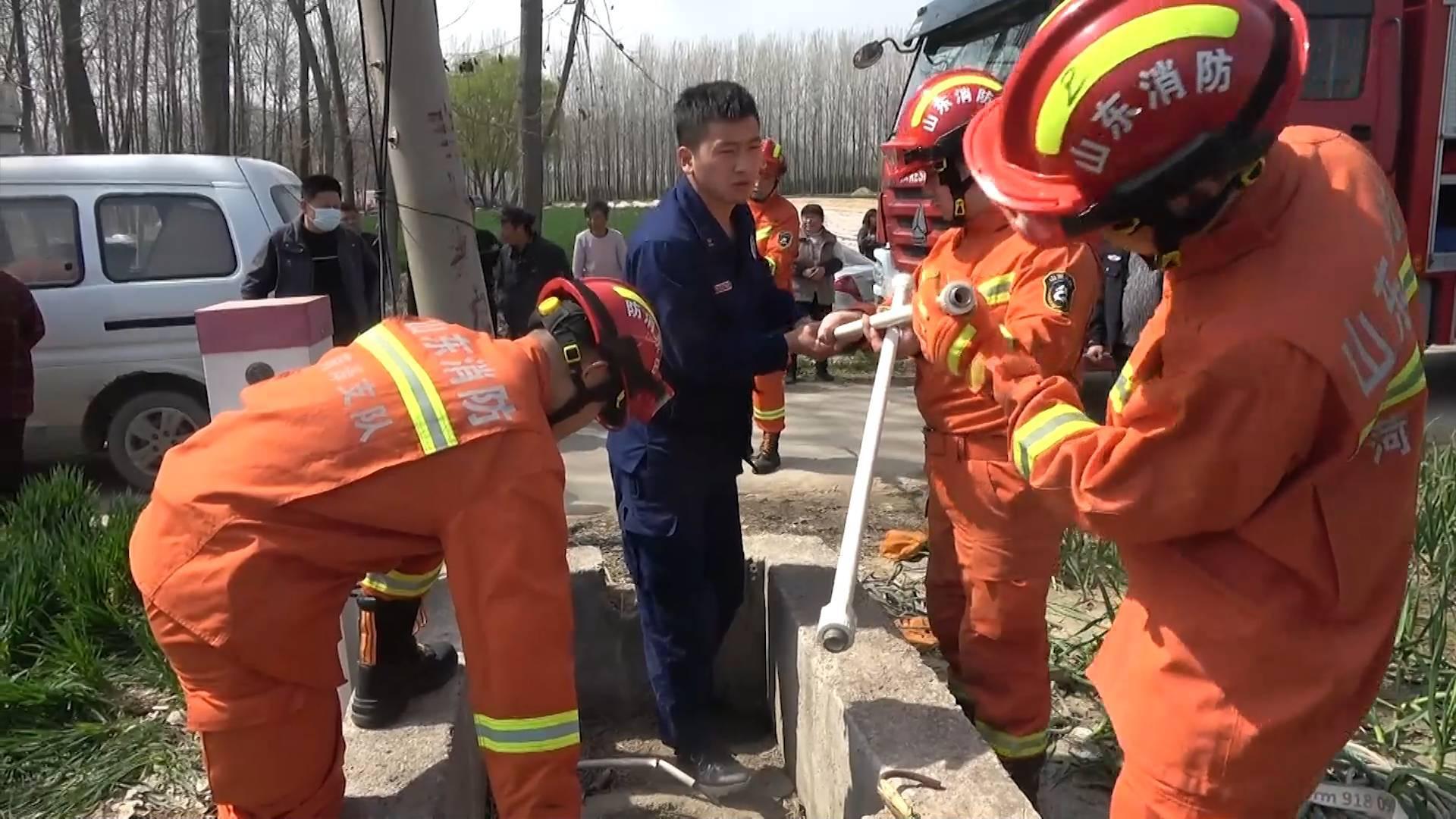山东菏泽老人不慎坠井 消防人员60秒极速施救