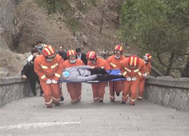 男子泰山旅游滑倒骨折 泰安消防担架抬至中天门
