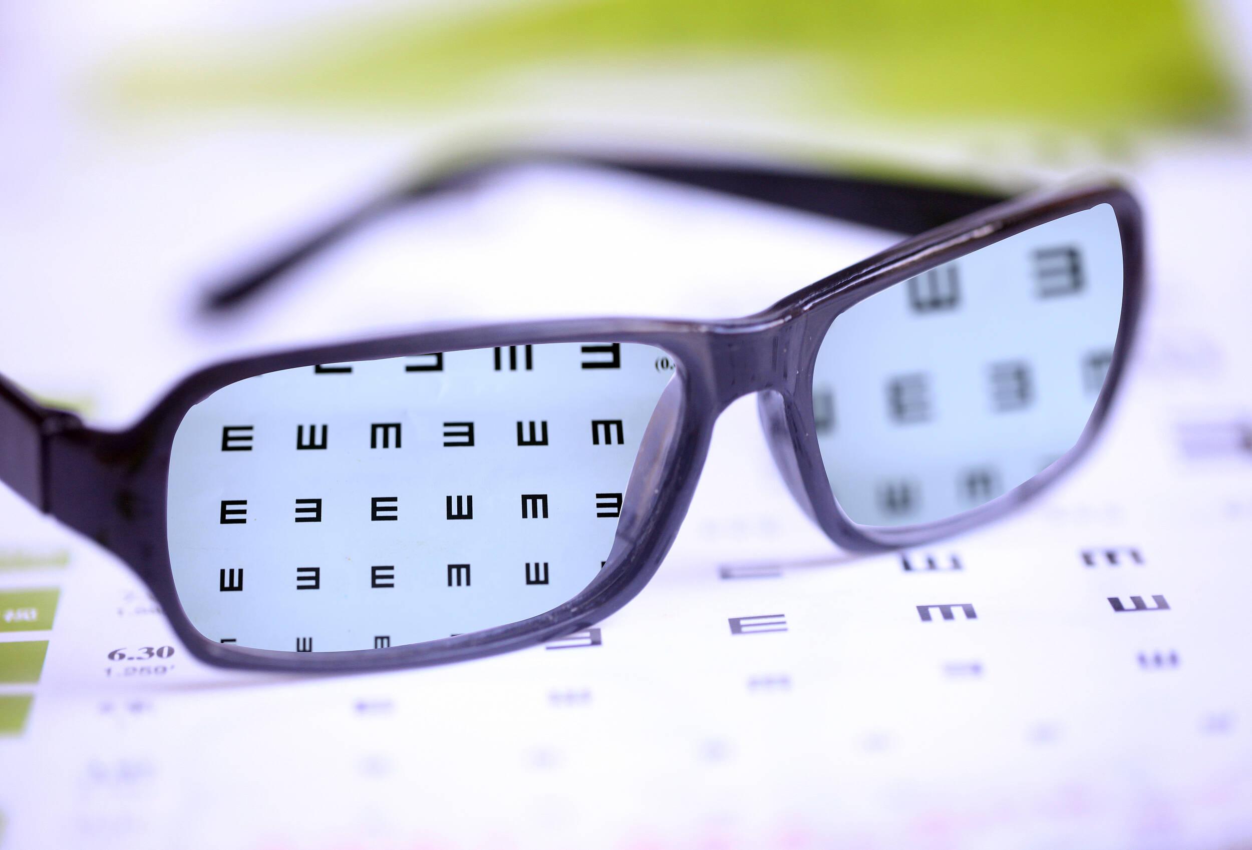 视力矫正乱象丛生 科学用眼方是正道丨闪电评论
