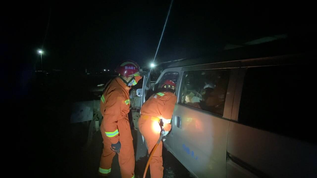 25秒|两车相撞一人被困,滕州消防紧急救援