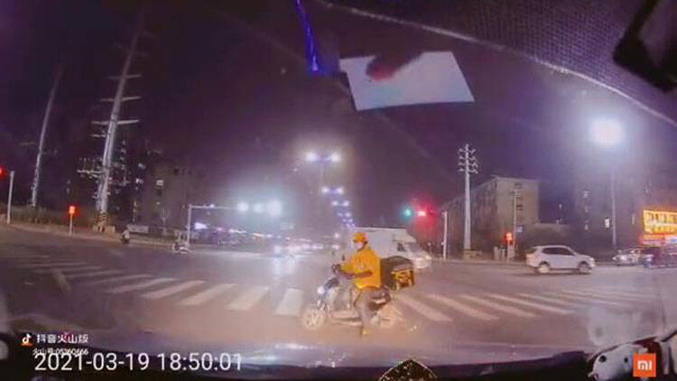 36秒 潍坊一外卖小哥闯红灯险被撞 结局却意外暖心
