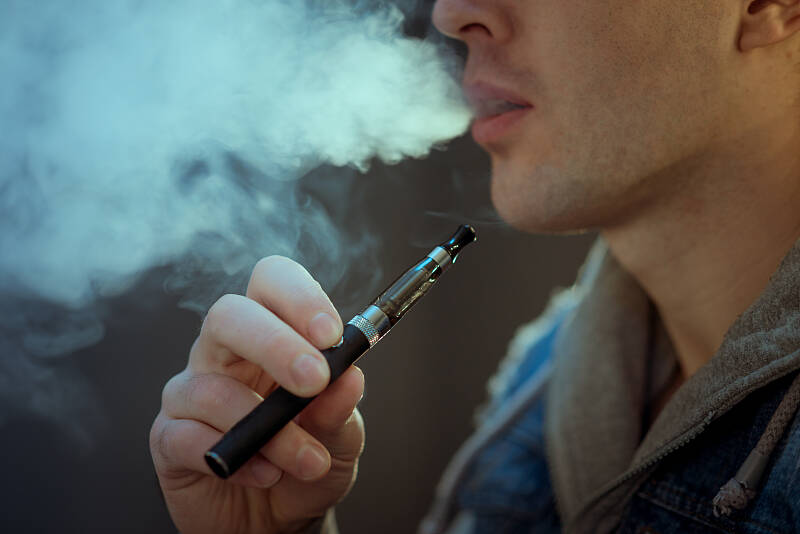 将电子烟纳入监管 是保护未成年人的应有之举丨闪电评论