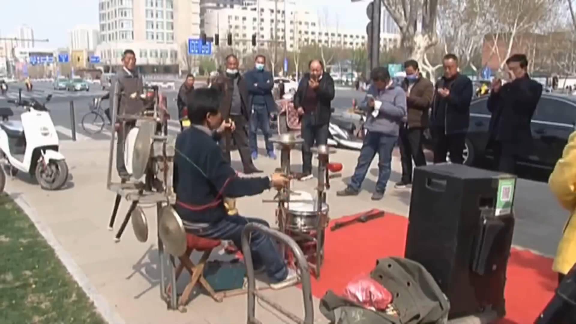 33秒丨高手在民间!男子手脚并用同时操作13种乐器:自己就是一个乐队