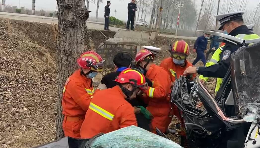 38秒|一轿车撞飞石墩冲进沟渠,滕州消防火速救援