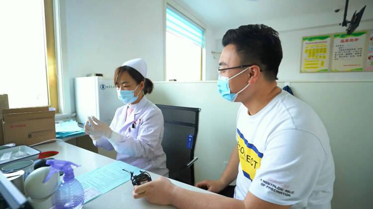 Vlog|线上预约、排队取号、扫码注射······记者带你体验接种新冠疫苗
