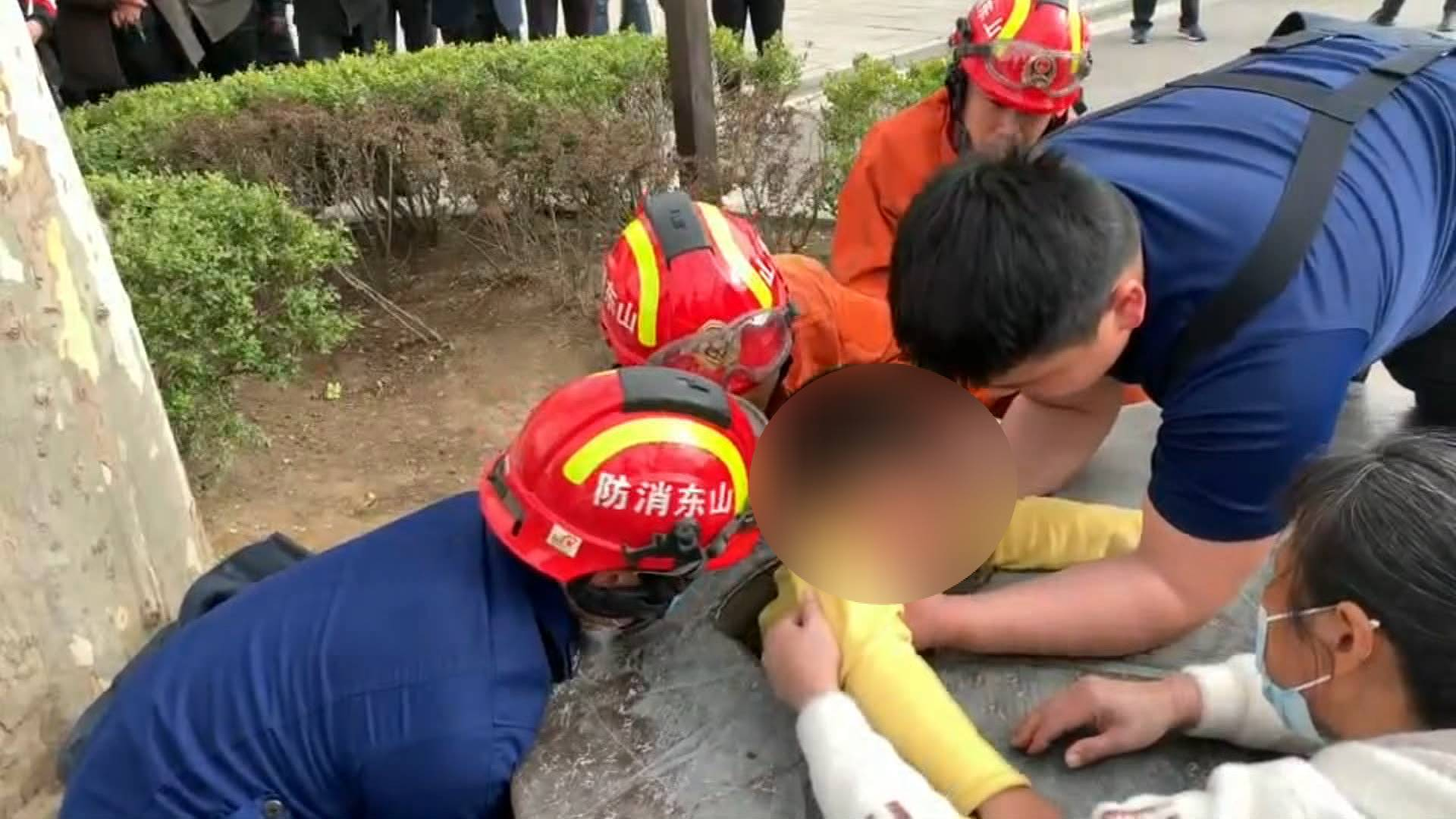 100秒丨淄博一小男孩顽皮卡在石桌里  消防破石、抬桌巧救援