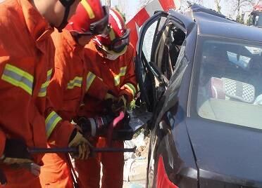 56秒|威海一轎車撞上路中間綠化帶護欄 司機被困車內 消防緊急破拆救援
