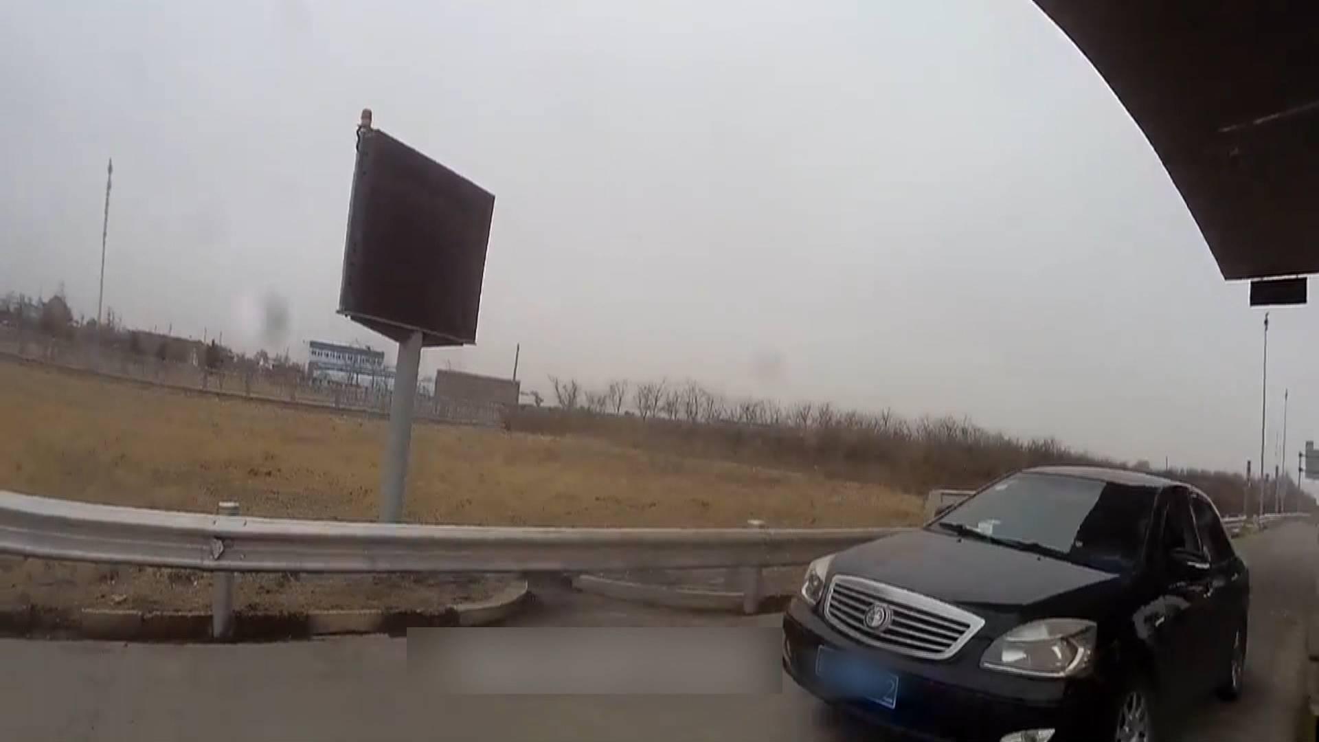 63秒|强行闯卡刮伤辅警后逃窜!司机涉嫌阻碍执行公务被行拘七日