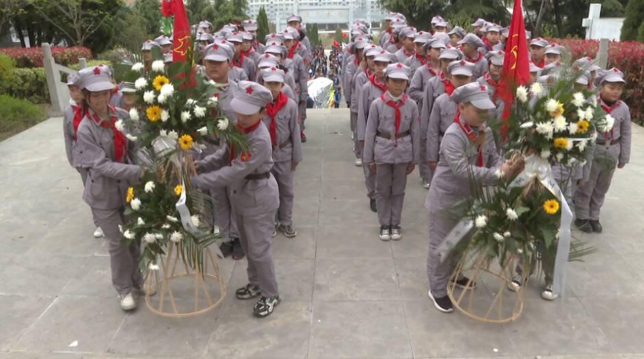 37秒|传承红色基因,缅怀革命先烈!枣庄峄城小学生举行清明祭扫活动