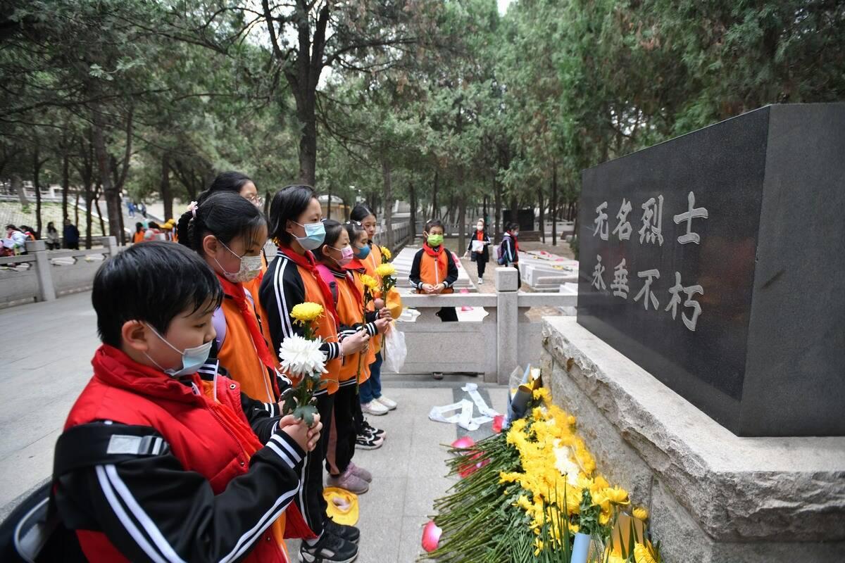 清明节前夕济南革命烈士陵园迎来祭扫小高峰