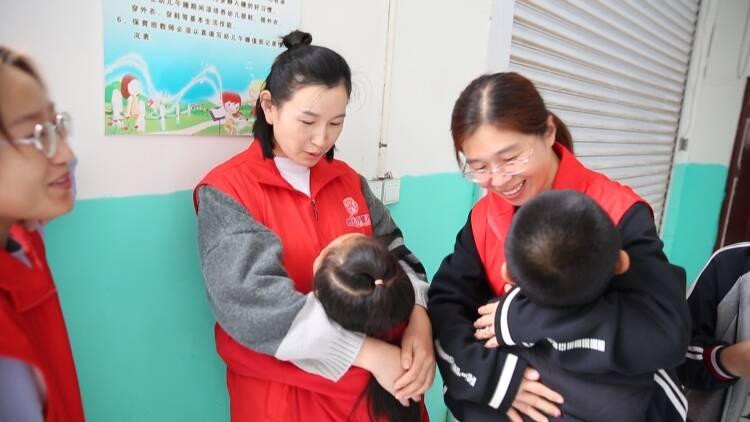 """105秒丨东营爱心人士融入式陪伴自闭症儿童  用爱让""""星星""""的孩子不再孤单"""