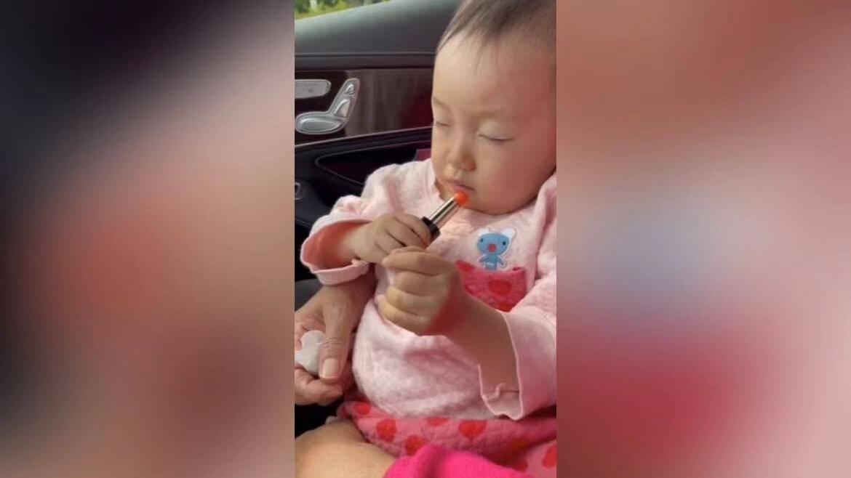 38秒丨可可爱爱~东营两岁萌娃睡着还不忘给自己涂口红