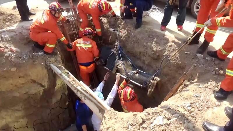 79秒丨泰安七旬老人骑电动三轮坠沟消防员抬车救人