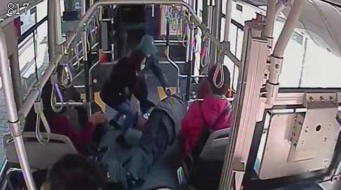 81秒 | 公交车上一老年乘客突发抽搐口吐白沫 驾驶员乘客紧急救助