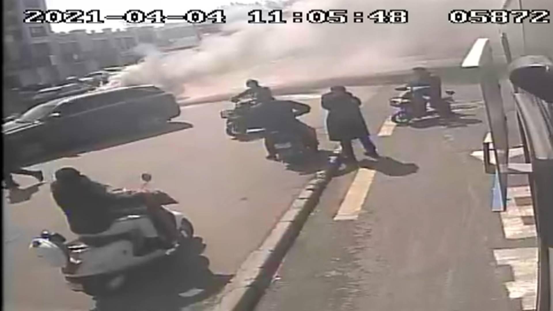 53秒 | 配合默契!私家车突发自燃,济南两名公交驾驶员不约而同来灭火