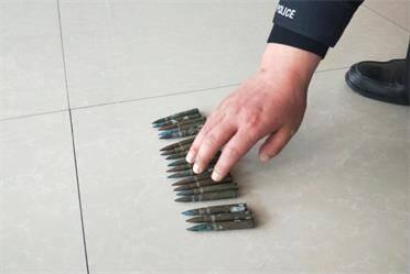 威海文登:整理老屋發現遺留的18顆子彈 立即上交至派出所